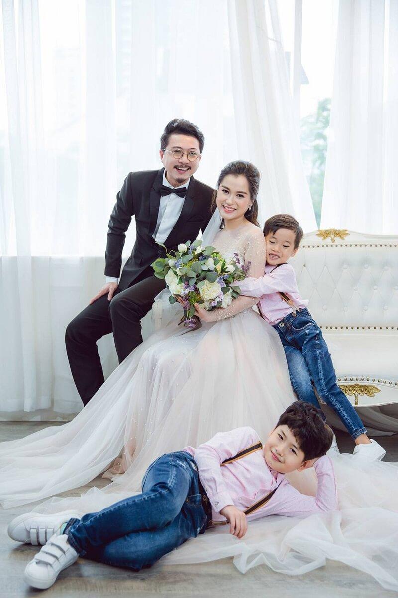 ảnh kỷ niệm cưới của vợ chồng hứa minh đạt và 2 con