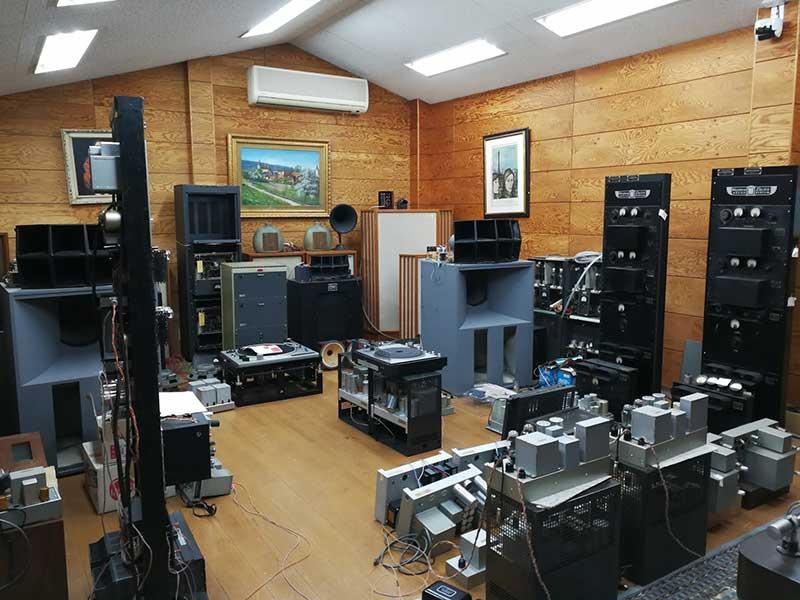 cửa hàng có đầy đủ các thiết bị âm thanh